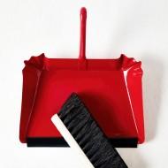 recogedor de metal rojo y cepillo de madera